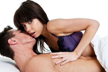 Mulher satisfazer homem na cama