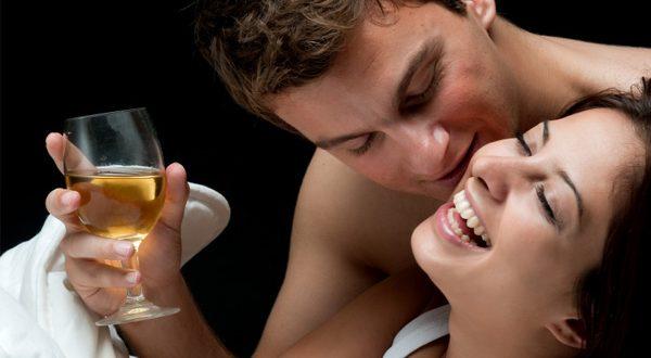 Casal Bebendo Vinho na Cama