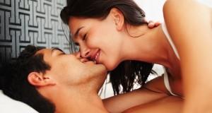 Casal se Beijando na Cama
