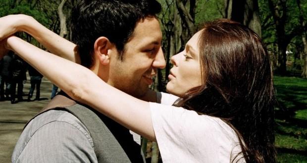 Casal Abraçado sob Árvore