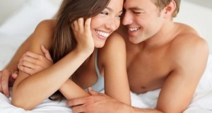 Casal sorridente na Cama