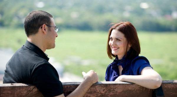 Homem Interessado Conversando com a Mulher