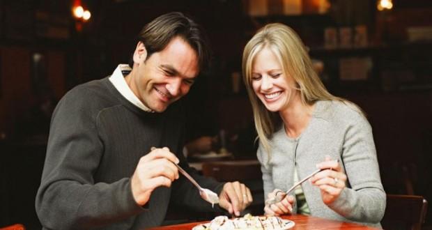 Casal Comendo Sobremesa