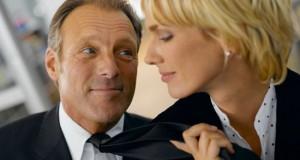 Mulher puxando o homem pela gravata