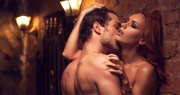 Casal beijando na parede