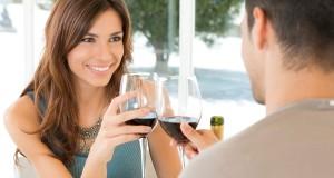 Casal Brindando Vinho