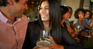 Casal Conversando em Bar