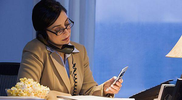 Mulher Trabalhando ao Celular