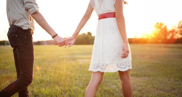 Casal caminhando de mãos dadas