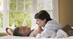 Casal adulto na cama