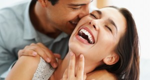 Casal gargalhando de forma carinhosa