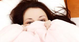 Mulher escondida na cama