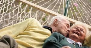 Casal de idosos deitados