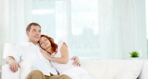 Casal apaixonado no sofá
