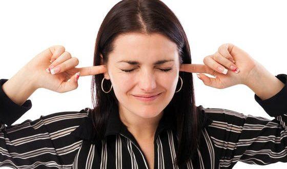 Mulher tapando ouvidos