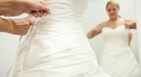Experimentando vestido de noiva