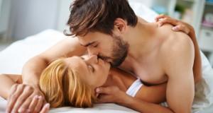 Casal beijando na cama
