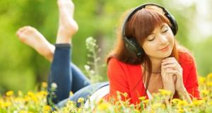 Mulher escutando música