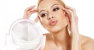 Mulher se maquiando no espelho
