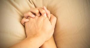 Mãos dadas durante orgasmo