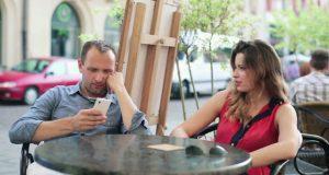 Casal brigando por Smartphone