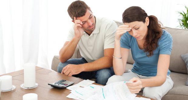 Casal preocupado com contas