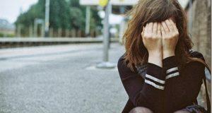 Menina triste sozinha