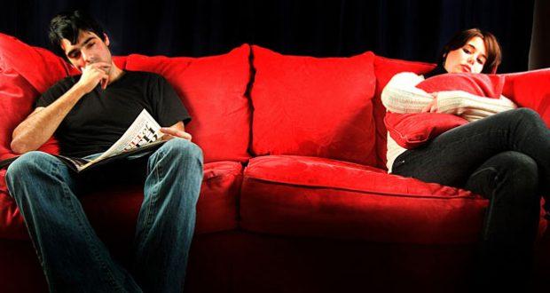 Casal distante no sofá