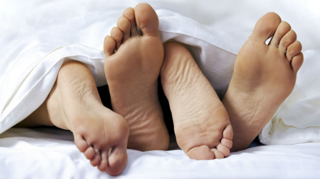 Pés de casal na cama
