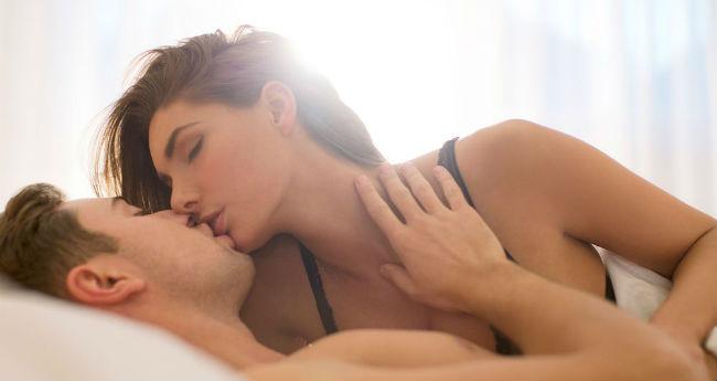 Casal fazendo amor na cama