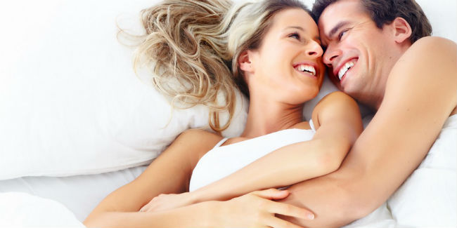 Casal feliz na cama