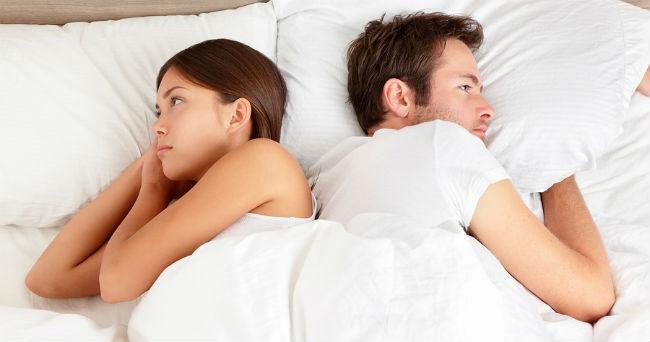 Casal brigado na cama