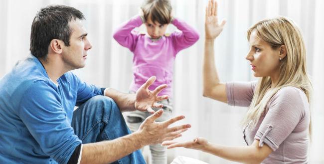 Casal com filho brigando