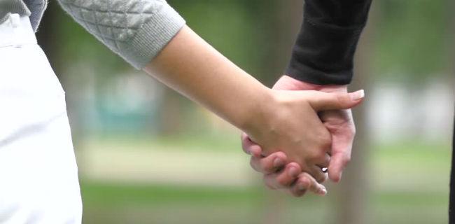 Casal de mãos dadas