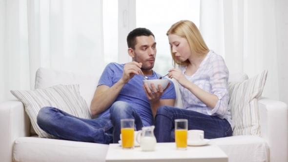 Casal feliz em casa