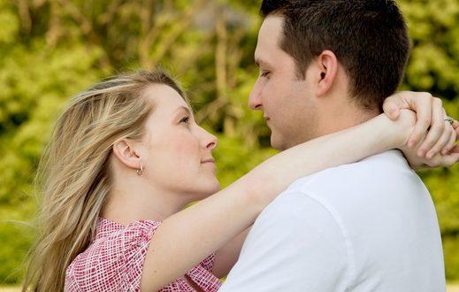 Resultado de imagem para foto de casal se olhando serio
