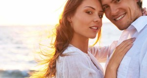 Casal com Roupas Brancas na Praia