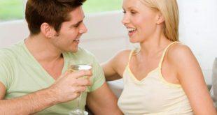 Casal Celebrando e Conversando