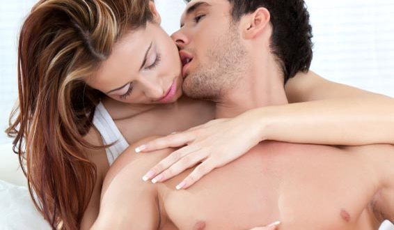 Homem beijando pescoço da mulher