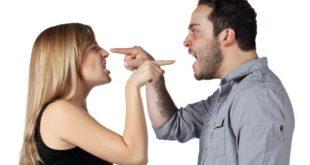 Casal Discutindo Asperamente