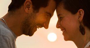 Casal Feliz em Por do Sol