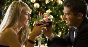 Casal fazendo brinde com vinho