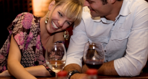 Casal se divertindo em restaurante