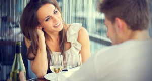 Casal Conversando em Primeiro Encontro