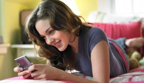 Mulher mandando SMS para o Namorado