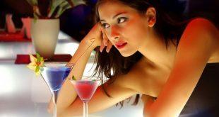 Mulher Atraente no Bar
