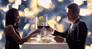 Casal Brindando em Jantar Romântico