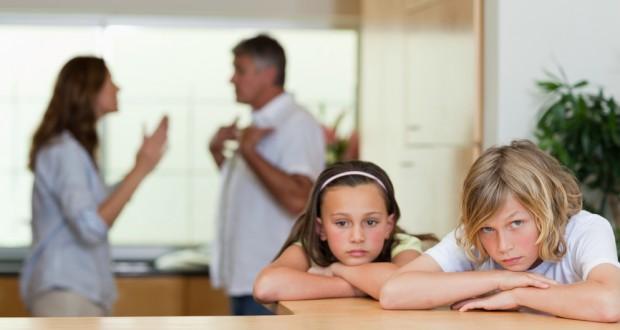Casal Brigando com Filhos Tristes