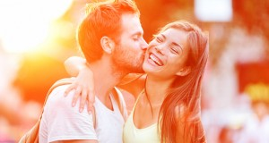 Casal jovem se beijando
