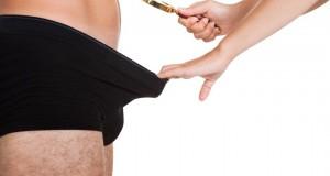 Mulher analisando pênis